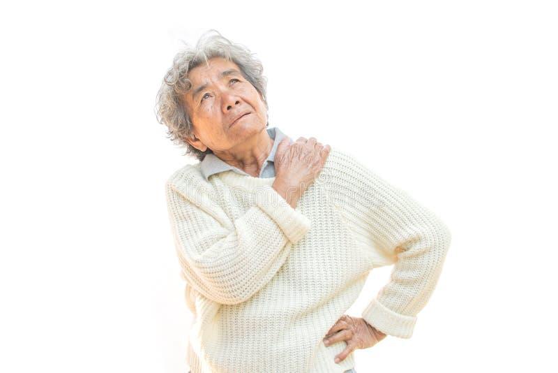 De oude vrouw voelde heel wat bezorgdheid over schouder en halspijn op wit stock foto