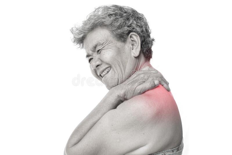 De oude vrouw voelde heel wat bezorgdheid over schouder en halspijn op witte achtergrond stock afbeeldingen