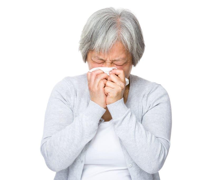 De oude vrouw voelt ziek stock afbeelding