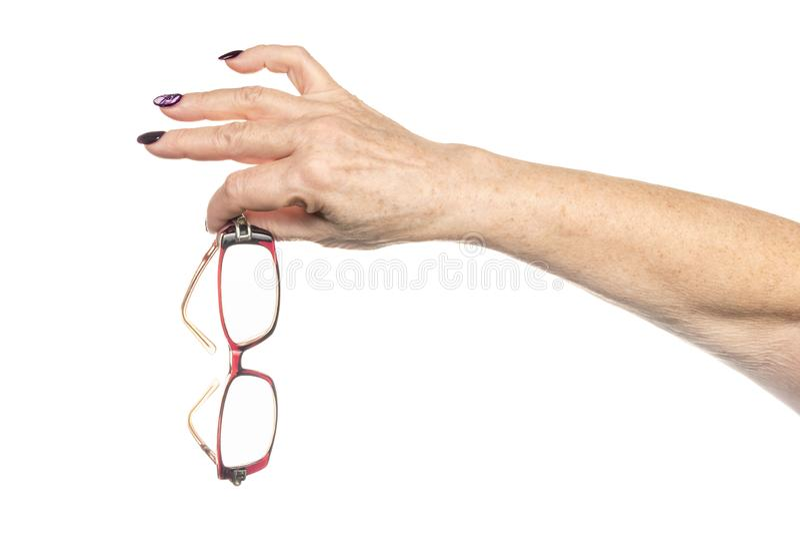 De oude vrouwelijke hand houdt glazen stock fotografie