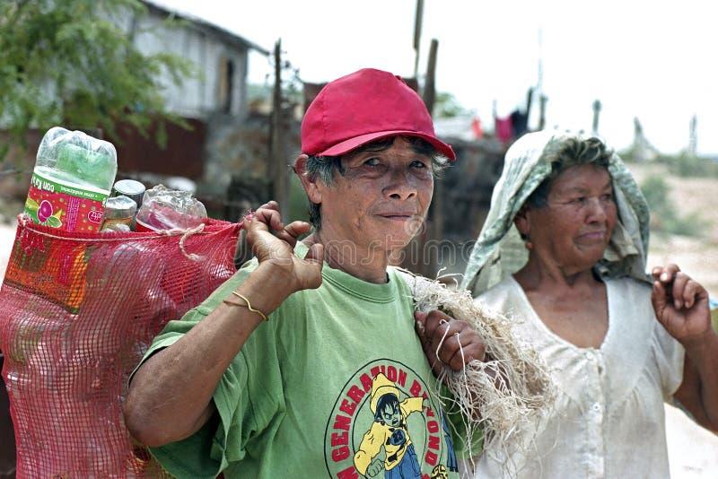 De oude Vrouwen werken aan vuilnisstortplaats een overlevingsstrategie stock foto's
