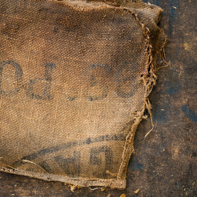 De oude vuile gestempeld die zak van de jutezak als stofferingsmateriaal wordt gebruikt royalty-vrije stock afbeelding