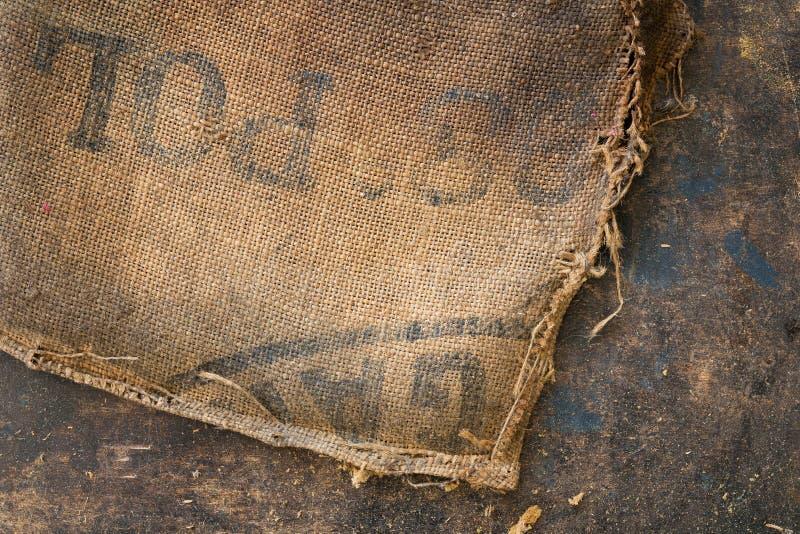 De oude vuile gestempeld die zak van de jutezak als stofferingsmateriaal wordt gebruikt stock foto's