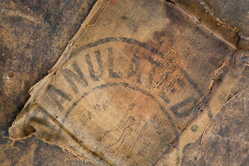 De oude vuile gestempeld die zak van de jutezak als stofferingsmateriaal wordt gebruikt stock foto