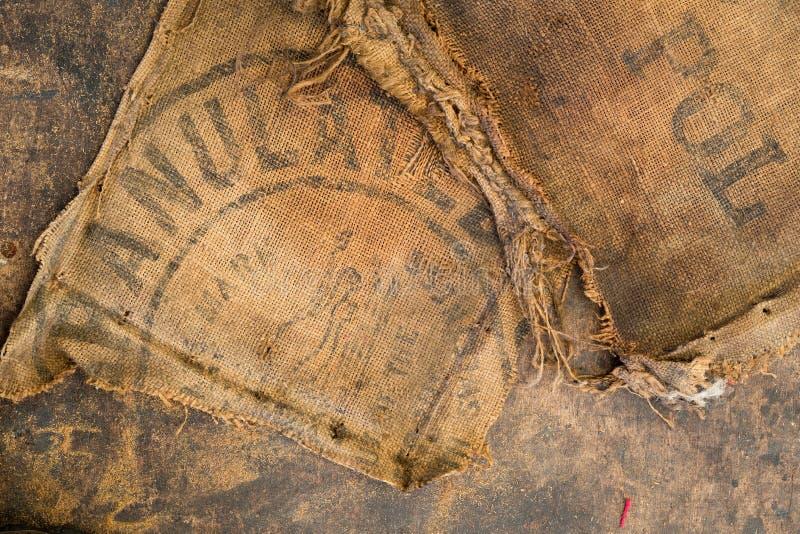 De oude vuile gestempeld die zak van de jutezak als stofferingsmateriaal wordt gebruikt stock afbeelding