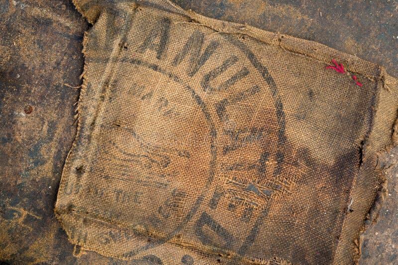 De oude vuile gestempeld die zak van de jutezak als stofferingsmateriaal wordt gebruikt royalty-vrije stock foto