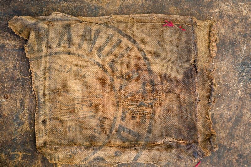 De oude vuile gestempeld die zak van de jutezak als stofferingsmateriaal wordt gebruikt stock afbeeldingen
