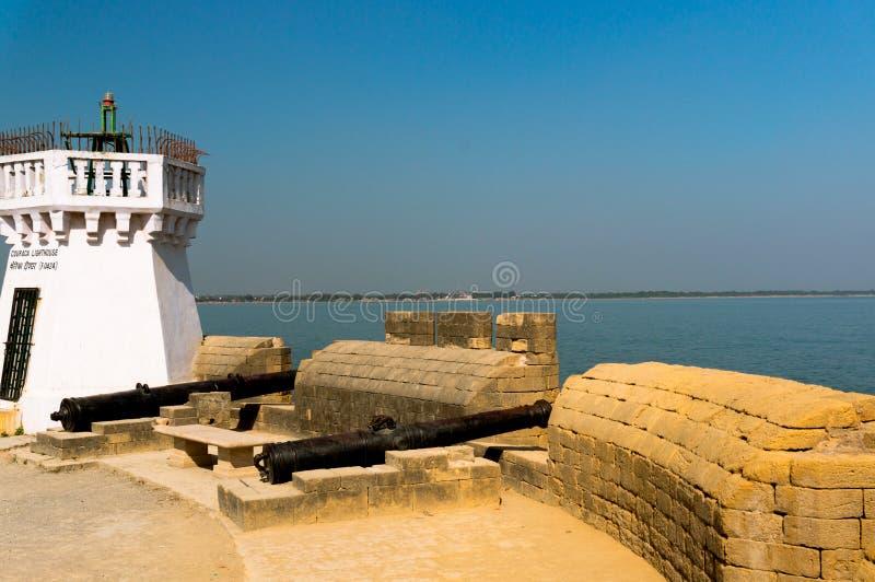 De oude vuurtoren op de beroemde toeristenvlek die van fortdiu in Gujarat, het Arabische overzees overzien stock fotografie
