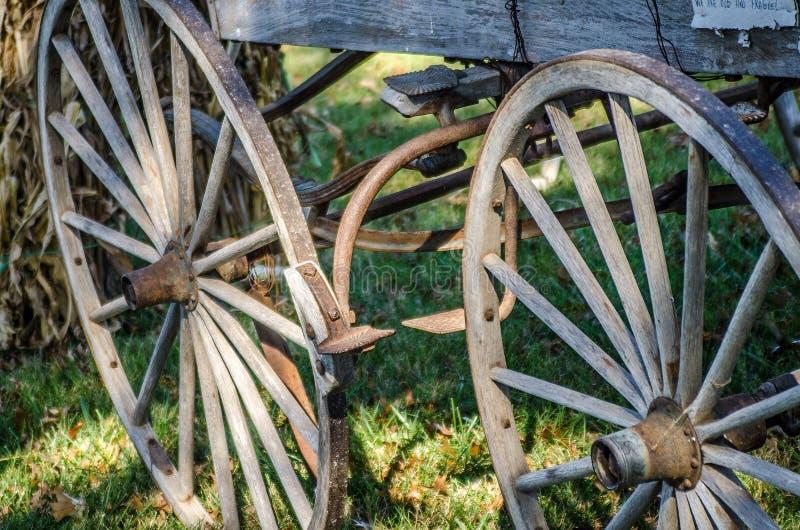 De oude wielen van de tijdwagen royalty-vrije stock fotografie
