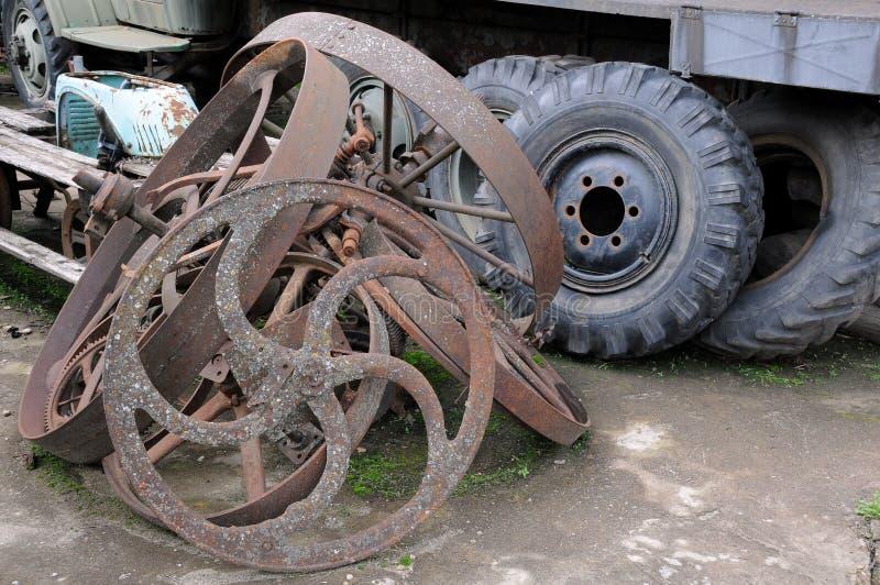 De oude Wielen van de Vrachtwagen en van de Kar royalty-vrije stock afbeelding
