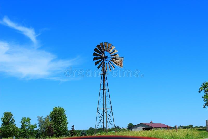 De oude Windmolen van het Landbouwbedrijf royalty-vrije stock afbeelding