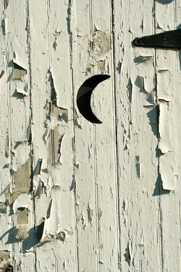 De oude witte deur van de bijgebouwmaan royalty-vrije stock afbeelding