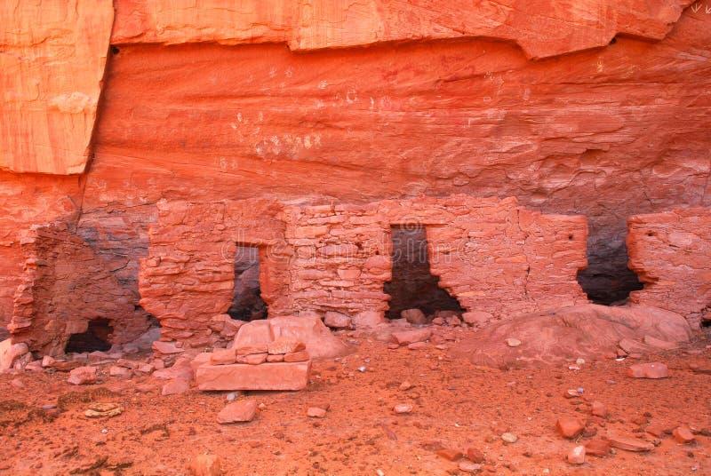 De oude woning van Navajo Anasazi met rotstekeningen stock afbeelding