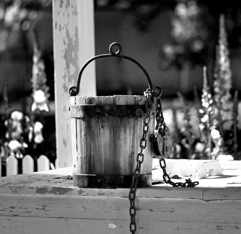 De oude zitting van de wateremmer op waterput in Williamsburg Virginia royalty-vrije stock foto's
