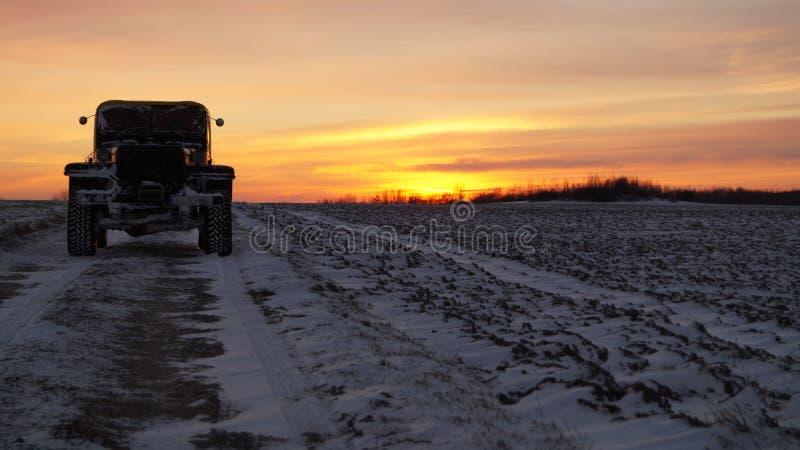 De oude zonsondergang van de de wegreis van autobanden 4x4 extreme royalty-vrije stock afbeeldingen