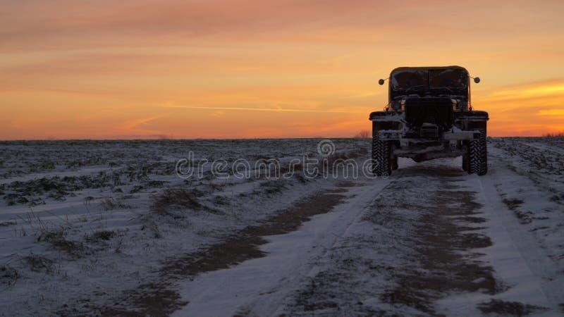 De oude zonsondergang van de de wegreis van autobanden 4x4 extreme stock fotografie