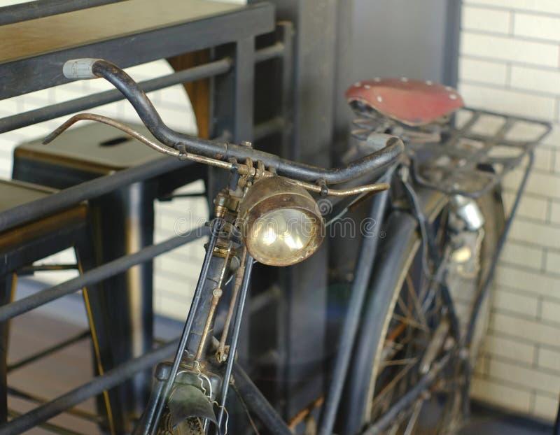 De oude zwarte fiets voor toont stock foto