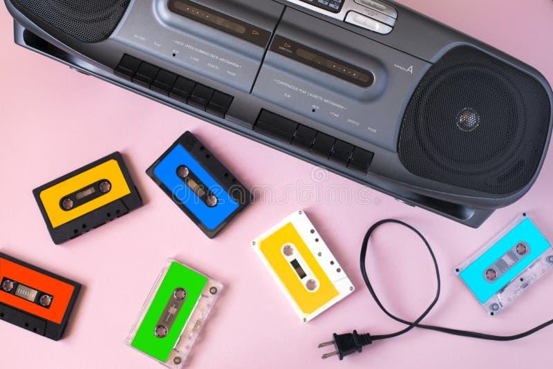 De oude zwarte retro audiobandrecorder van de cassettemuziek en retro inzameling van de cassetteband stock foto's