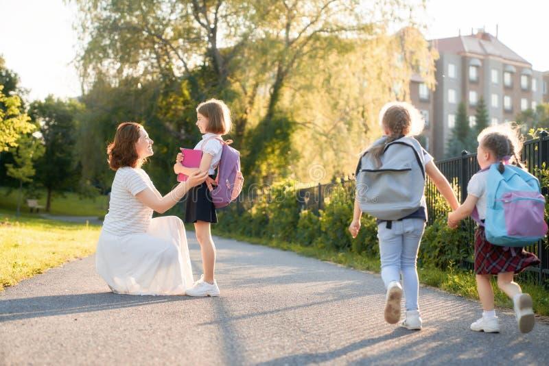 De ouder en de leerlingen gaan naar school royalty-vrije stock afbeeldingen