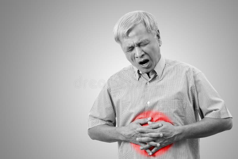De oudere Aziatische mens heeft de pijnconcept van de maagpijn met geïsoleerde achtergrond stock afbeeldingen