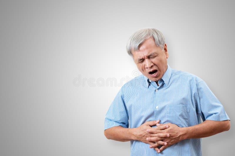 De oudere Aziatische mens heeft de pijnconcept van de maagpijn met geïsoleerde achtergrond Hogere of rijpe mensen die aan spijsve stock afbeeldingen