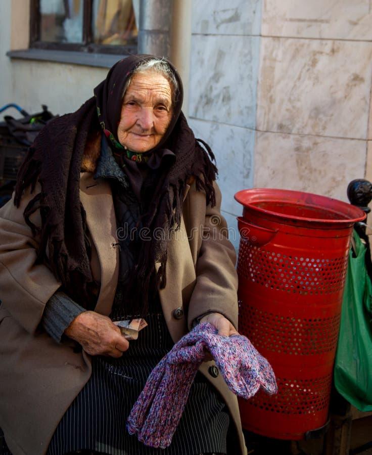 De oudere dame verkoopt sokken in iei van Sighetu MarmaÈ› stock foto