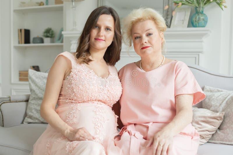 De oudere moeder en haar volwassen dochter koesteren royalty-vrije stock foto's