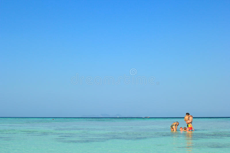 De ouders en de kinderen zwemmen in het overzees, Lipe-eiland royalty-vrije stock foto