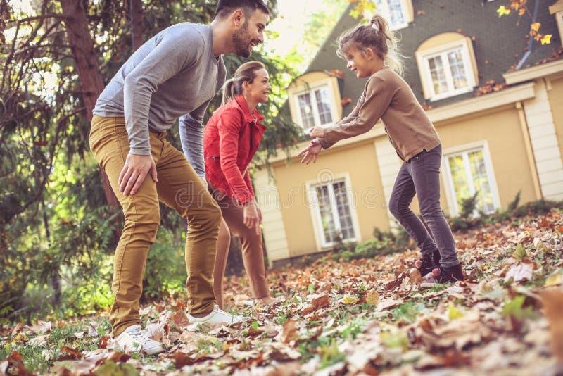 De ouders hebben spel met buiten dochter In beweging royalty-vrije stock foto's