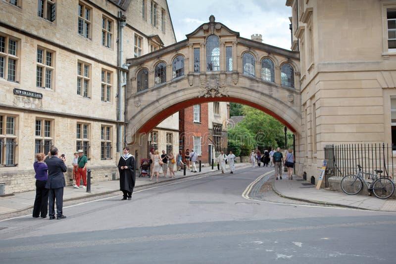 De ouders nemen foto's van gediplomeerden, de Universiteit van Oxford stock foto's