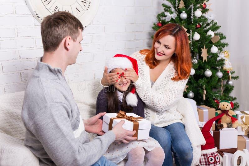 De ouders verrassen hun dochter met giftdoos stock fotografie