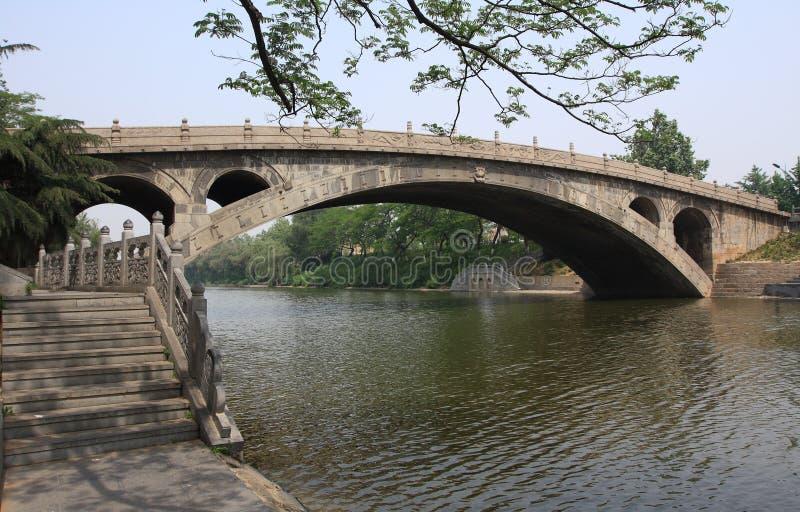 De oudste stenen-overspannen brug stock fotografie