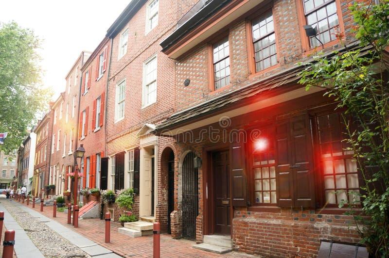 De oudste straat in de Steeg van de V.S. Elfreth in Philadelphia in het zonlicht royalty-vrije stock afbeelding