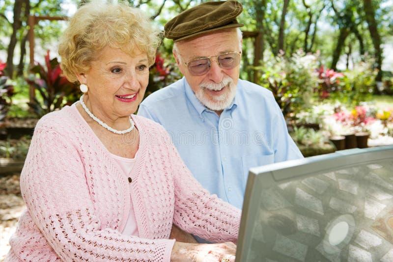 De oudsten genieten van Computer stock foto's