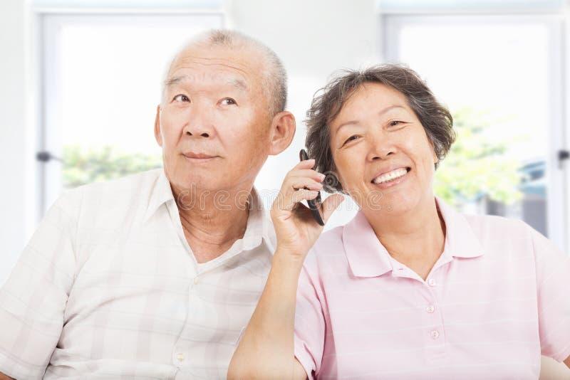 De oudsten koppelen het spreken op de telefoon royalty-vrije stock afbeeldingen
