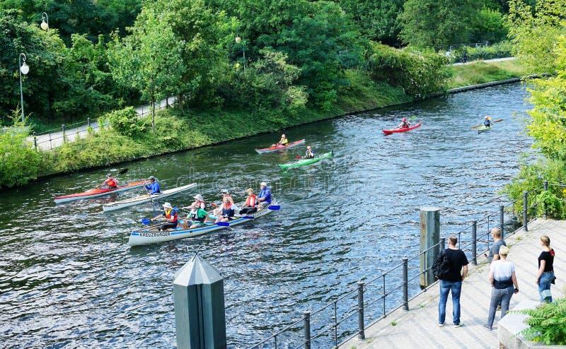 De oudsten paddelen kano in centraal Berlin Germany - Augustus 2016 royalty-vrije stock foto's