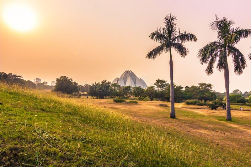 28 de outubro de 2014: Por do sol em Lotus Temple em Nova Deli, Índia fotografia de stock royalty free