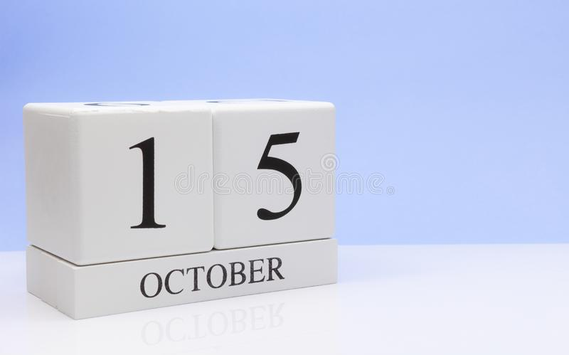 15 de outubro dia 15 do mês, calendário diário na tabela branca com reflexão, com claro - fundo azul Tempo do outono, espaço vazi imagens de stock royalty free