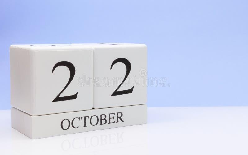 22 de outubro dia 22 do mês, calendário diário na tabela branca com reflexão, com claro - fundo azul Tempo do outono, espaço vazi foto de stock