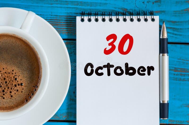 30 de outubro Dia 30 do mês, do calendário e do copo de café quente no tradutor ou no fundo do local de trabalho do intérprete ou fotos de stock