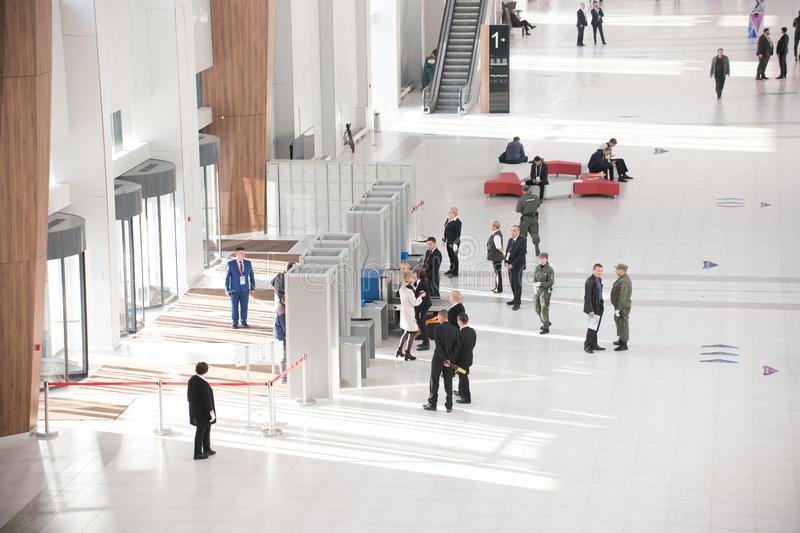 17 de outubro de 2018 Kazan, Rússia - grupo de pessoas que entra no centro do escritório fotografia de stock royalty free