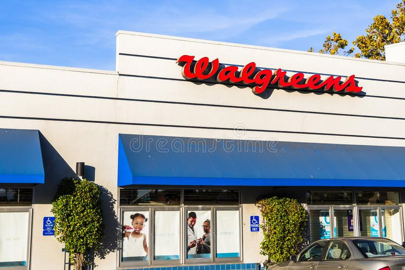 24 de outubro de 2019 Sunnyvale / CA / USA - Walgreens pharmacy local branch; Walgreens, parte da Walgreens Boots Alliance Inc po fotografia de stock royalty free