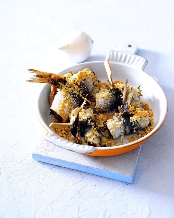 De oven bakte knapperig brood en parmezaanse kaas vastgeroest overzees visfilet stock foto's