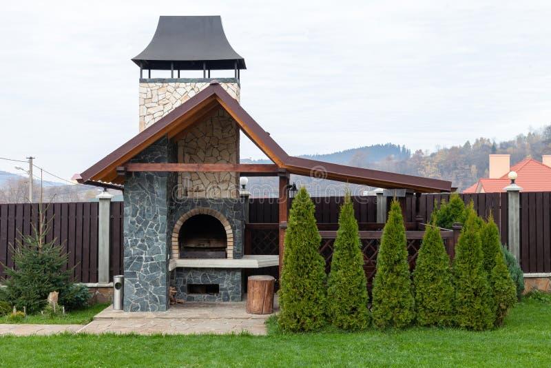 De oven van de steentuin voor grill of barbecue is in een binnenplaats stock foto's