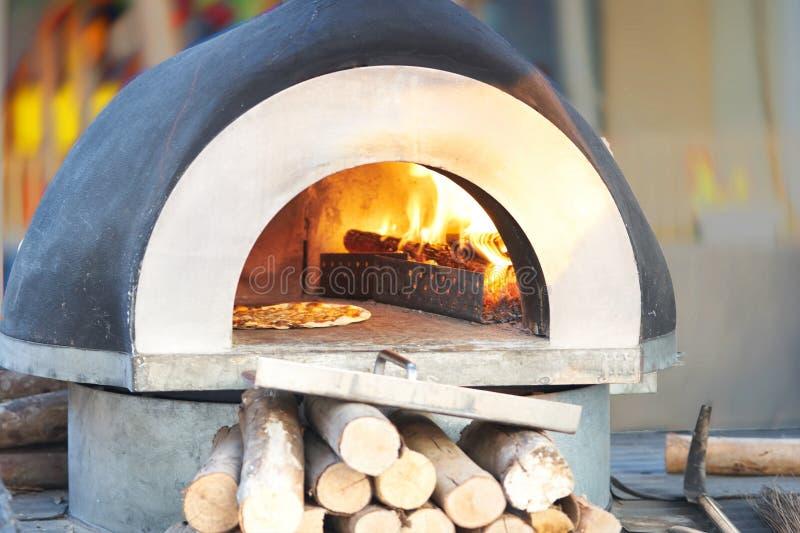 De oven voor bakt of kookt pizza, in openlucht royalty-vrije stock afbeeldingen