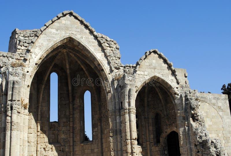 De overblijfselen van een middeleeuwse kerk in de stad parkeren op het Eiland Rhodos in Griekenland stock afbeelding