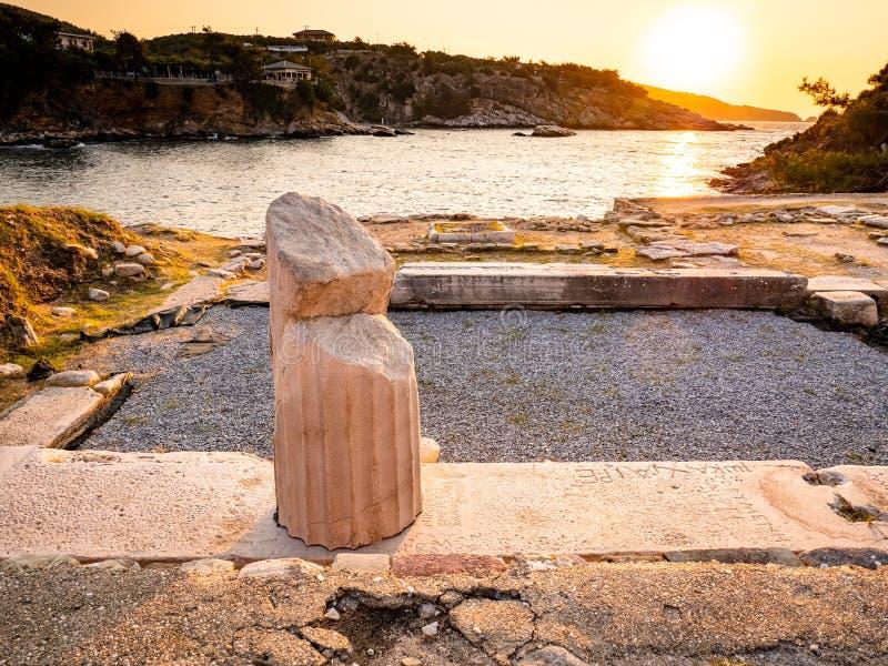 De overblijfselen van de oude marmeren steengroeve van Aliki en marmeren haven, in zonsopganglicht royalty-vrije stock foto