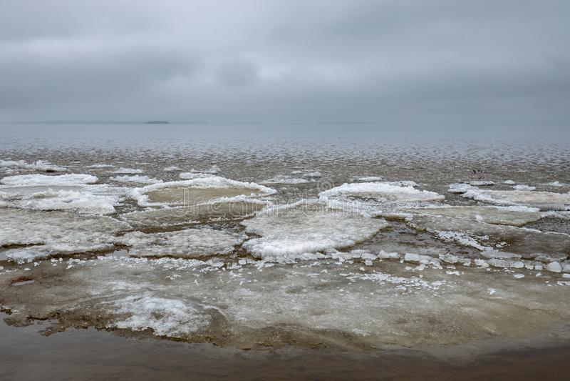 De overblijfselen van overzeese ijs en regen betrekken over de horizon stock afbeeldingen