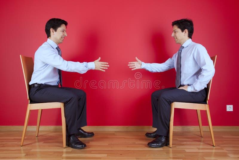 De overeenkomst van de handdruk tussen zakenman twee royalty-vrije stock foto's