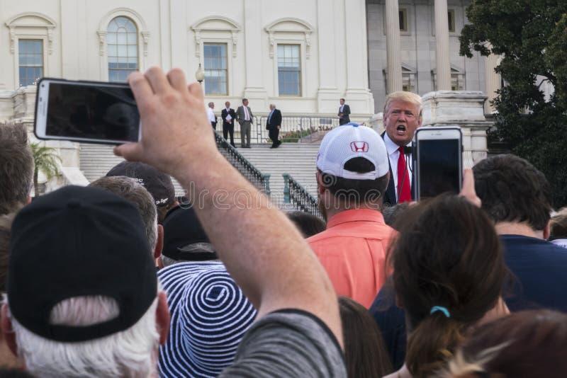De Overeenkomst van Donald Trump Addresses Crowd Protesting Iran bij U S capitol stock foto